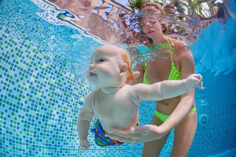 Weinig baby duikt onderwater met pret in zwembad royalty-vrije stock afbeelding