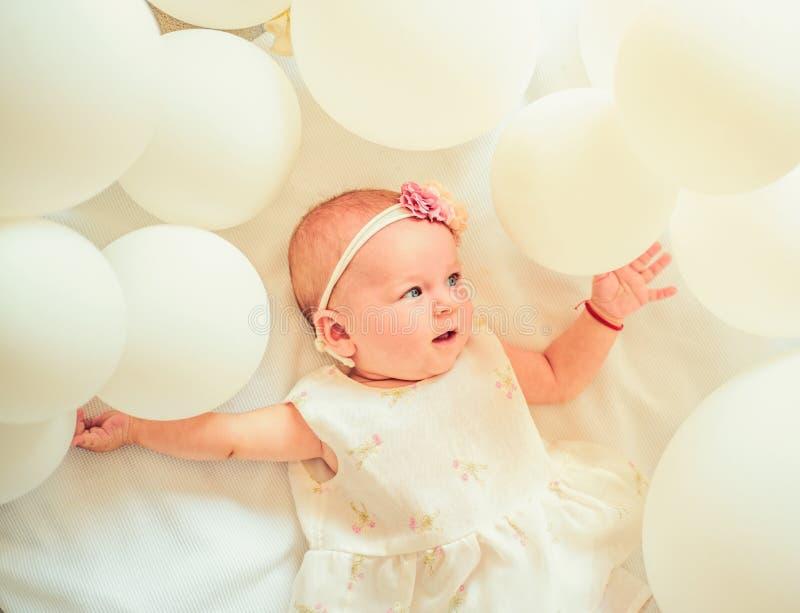 Weinig baby Familie Kinderverzorging De Dag van kinderen Klein meisje Gelukkige Verjaardag Snoepje weinig baby Het nieuwe leven e royalty-vrije stock afbeelding