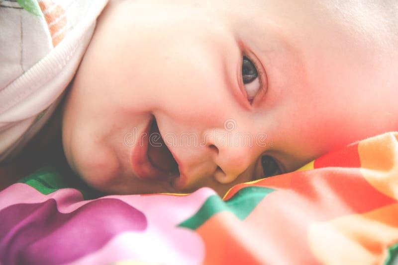 Weinig baby het liggen het glimlachen close-up royalty-vrije stock afbeeldingen