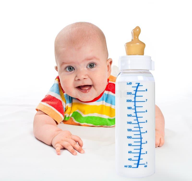 Weinig baby met melkfles. stock foto