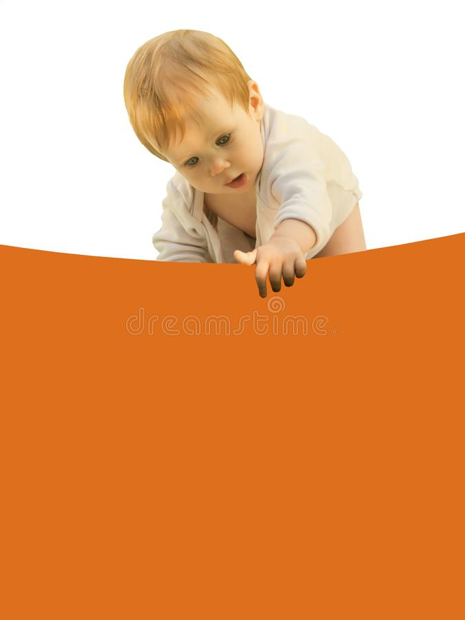 Weinig baby van het babymeisje boog merkwaardig over het gekleurde blad royalty-vrije stock afbeeldingen