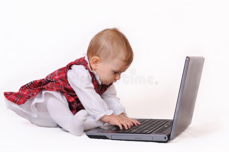 Weinig babygirl en laptop royalty-vrije stock afbeeldingen