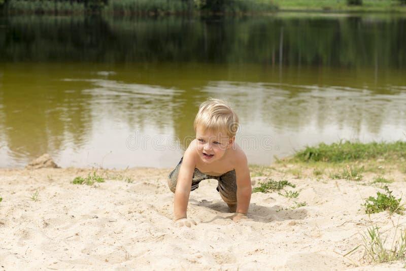 Weinig babyjongen die op strand spelen De Pret van het de zomerwater royalty-vrije stock fotografie