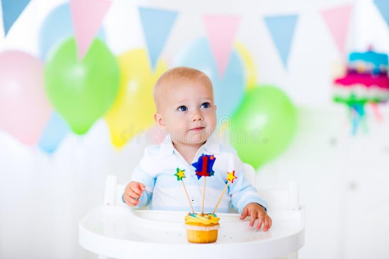 Weinig babyjongen het vieren eerste verjaardag royalty-vrije stock fotografie
