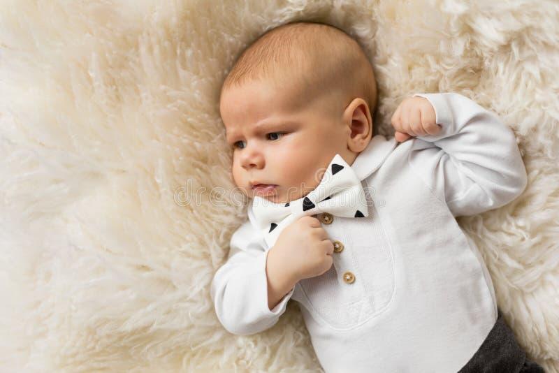 Weinig babyjongen kleedde zich omhoog in kostuum met bowtie stock foto