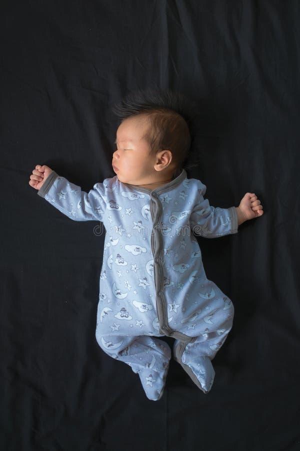 Weinig babyjongen in pyjama's royalty-vrije stock fotografie