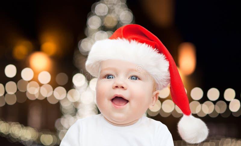 Weinig babyjongen in santahoed bij Kerstmis stock foto