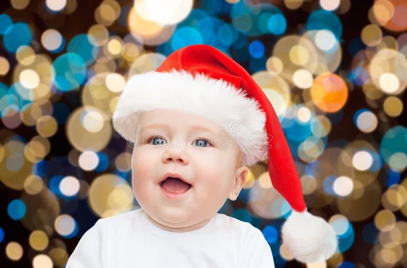 Weinig babyjongen in santahoed bij Kerstmis stock afbeeldingen