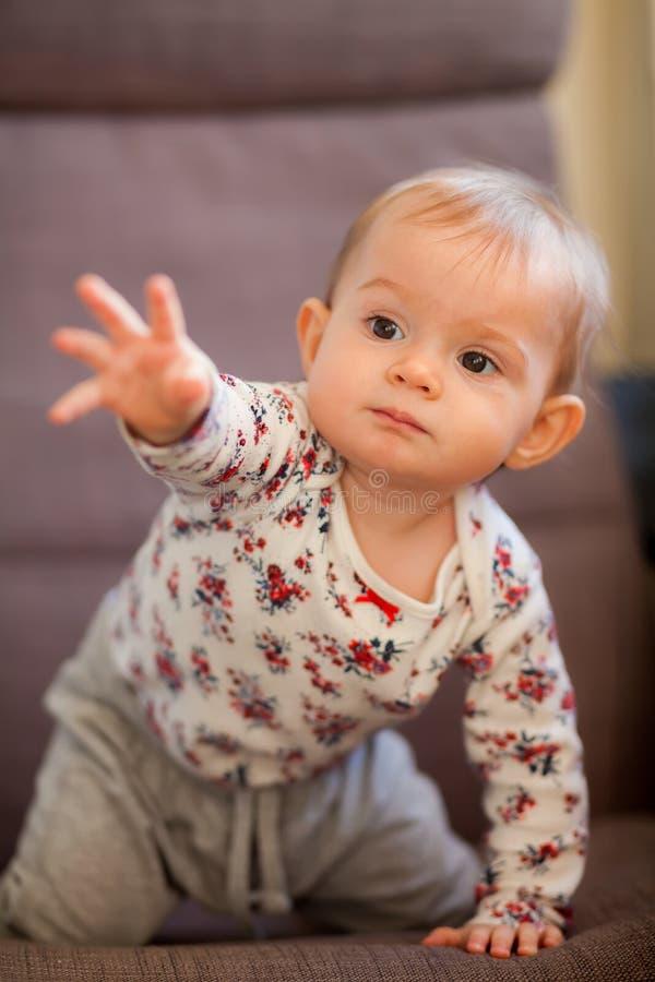 Weinig babymeisje dat een hand trekt royalty-vrije stock afbeeldingen