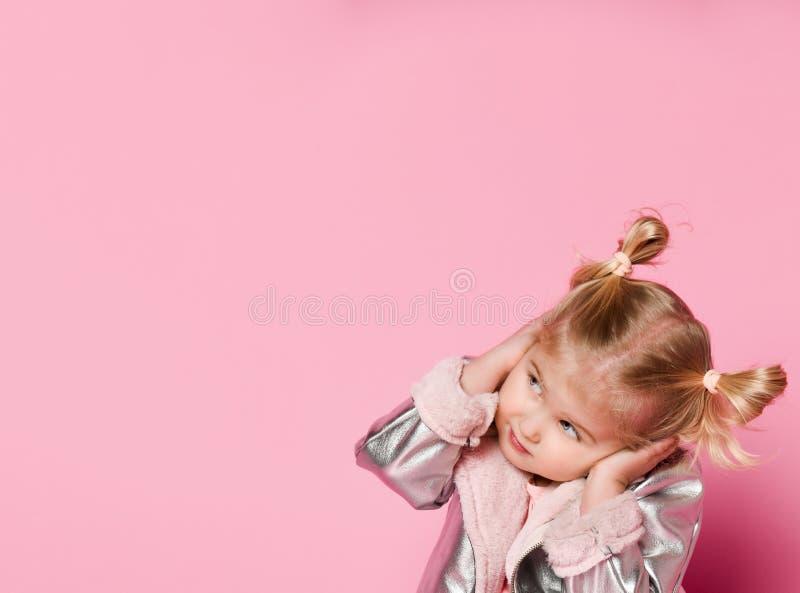 Weinig babymeisje die haar oren behandelen wil niet luisteren iedereen stock foto's
