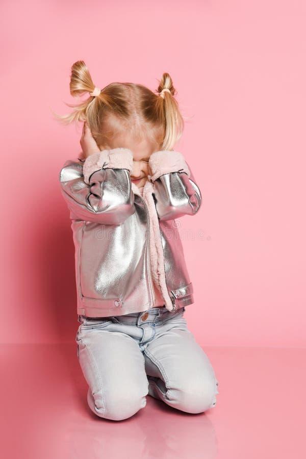 Weinig babymeisje die haar oren behandelen wil niet luisteren iedereen royalty-vrije stock afbeelding