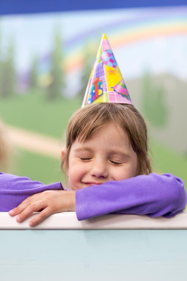 Weinig babymeisje die haar verjaardag vieren Hoed en feestelijke stemming stock afbeeldingen