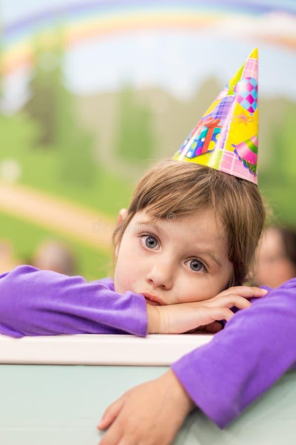 Weinig babymeisje die haar verjaardag vieren Hoed en feestelijke stemming royalty-vrije stock foto