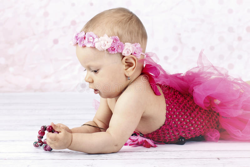 Weinig babymeisje die met parels spelen royalty-vrije stock afbeeldingen