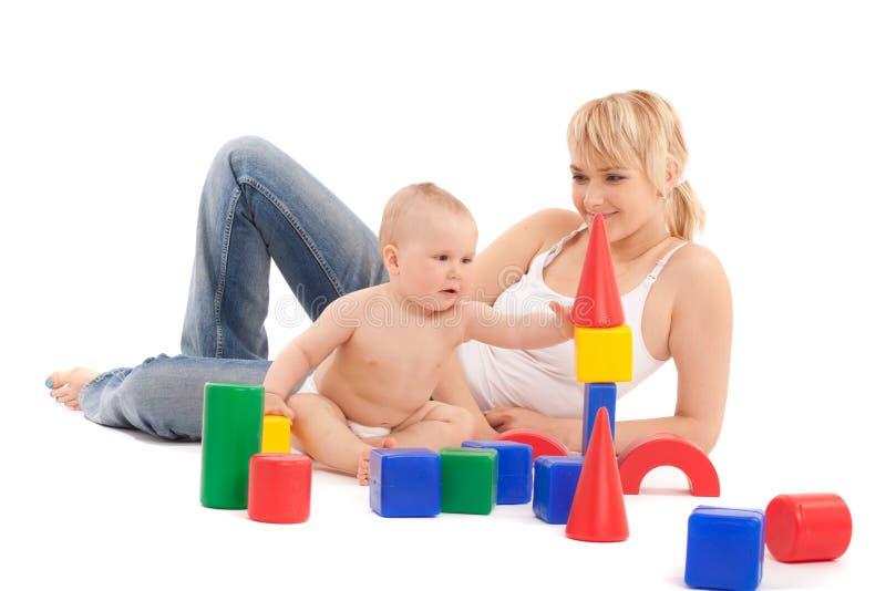 Weinig babymeisje en moeder spelen met speelgoed royalty-vrije stock afbeeldingen