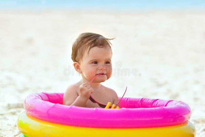 Weinig babymeisje in het opblaasbare zwembad stock fotografie