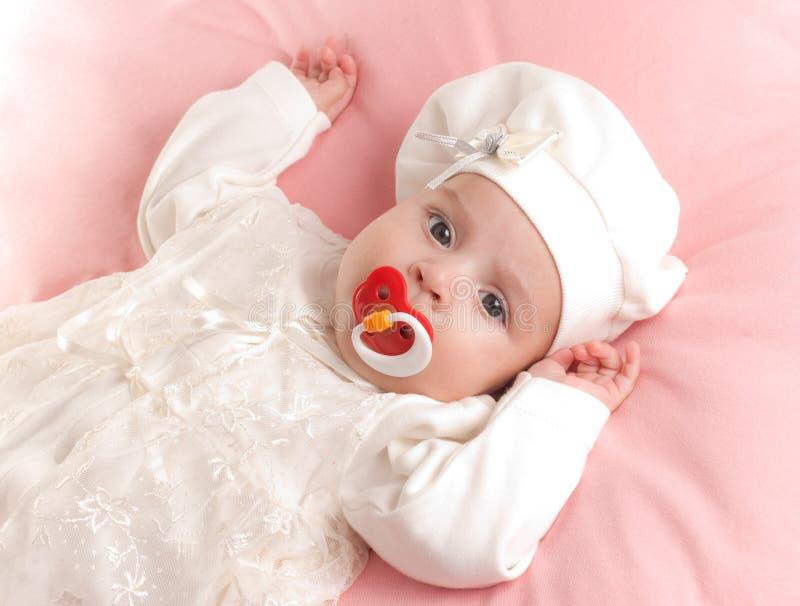 Weinig babymeisje kleedde zich in kostuum met fopspeen royalty-vrije stock foto