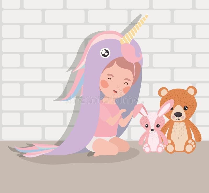 Weinig babymeisje met gevuld speelgoed en kostuum royalty-vrije illustratie