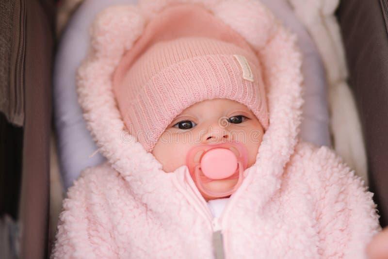 Weinig babymeisje in wandelwagen Het mamma zette haar hand op baby stock foto's