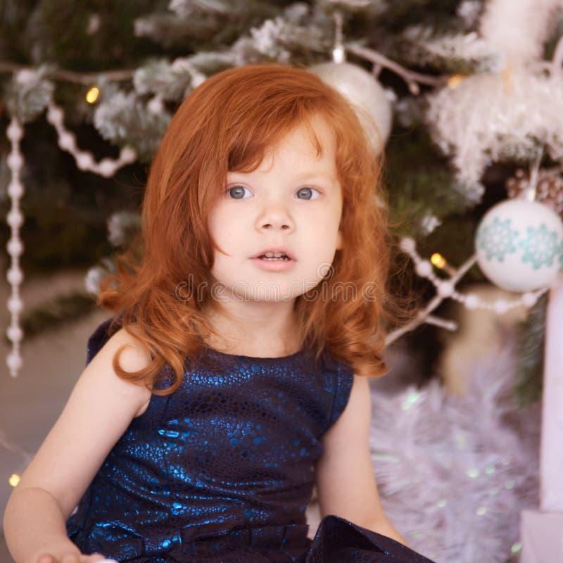 Weinig ballerina Het kind van nieuwjaarkerstmis De vakantie van de Kerstmisvooravond Binnenlands Binnenlands Rood Haar horizontaa royalty-vrije stock afbeeldingen
