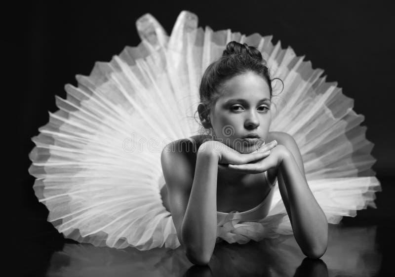 Weinig ballerina het stellen op de vloer royalty-vrije stock foto's