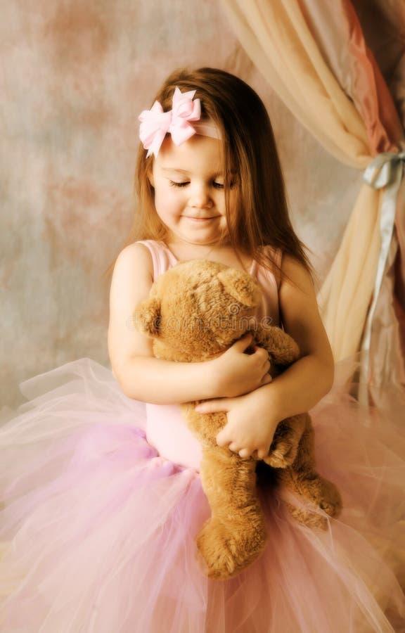 Weinig ballerinaschoonheid die teddybeer koestert royalty-vrije stock foto's
