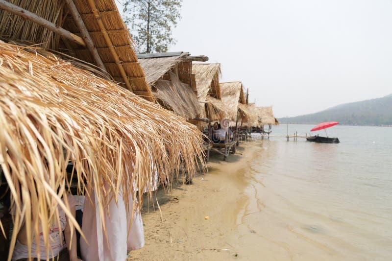 Weinig bamboehuis dichtbij meer in Thailand stock foto's