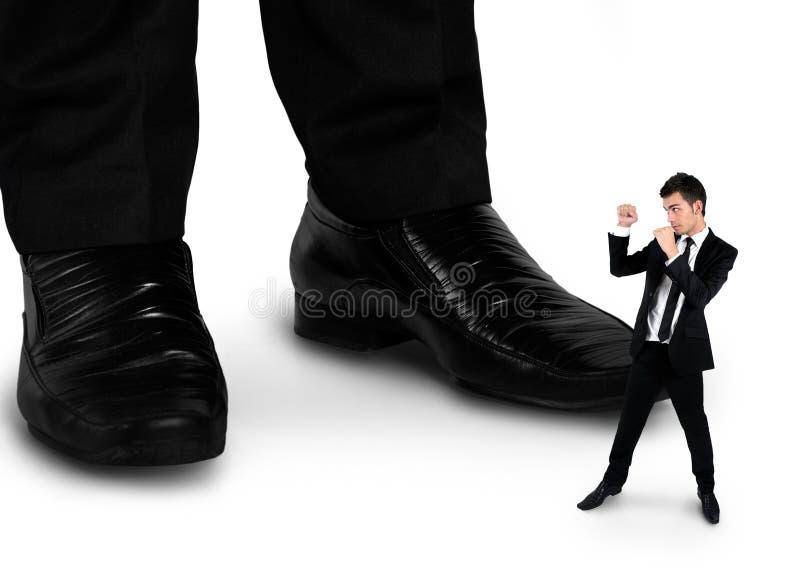 Weinig bedrijfsmens die met werkgever vechten stock afbeeldingen