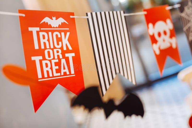 Weinig behandelen de heldere oranje vlaggen met truc of teken voor Halloween-kinderenpartij stock afbeeldingen