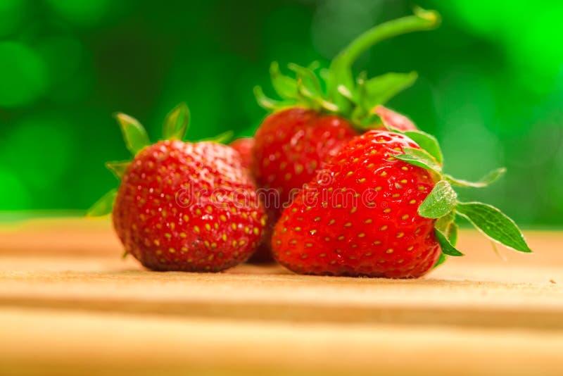 Weinig bessen verse aardbeien op een vage achtergrond stock afbeelding