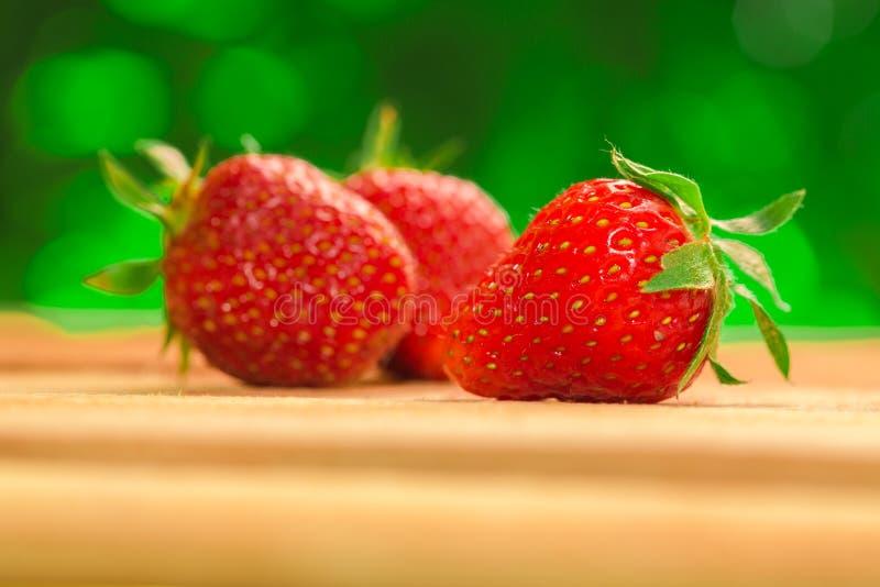 Weinig bessen verse aardbeien op een vage achtergrond royalty-vrije stock afbeeldingen