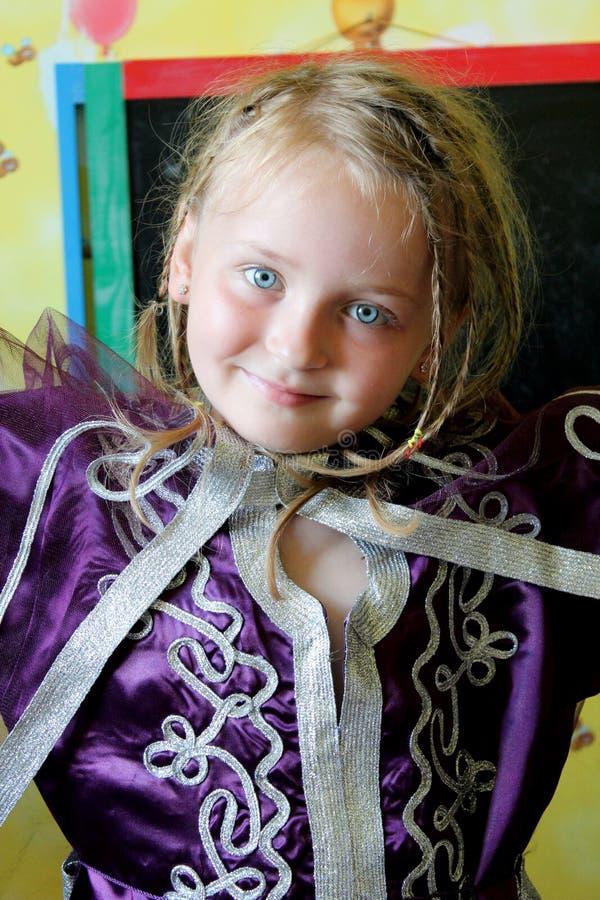 Weinig blauw-eyed meisje in een Marokkaans kostuum royalty-vrije stock afbeelding