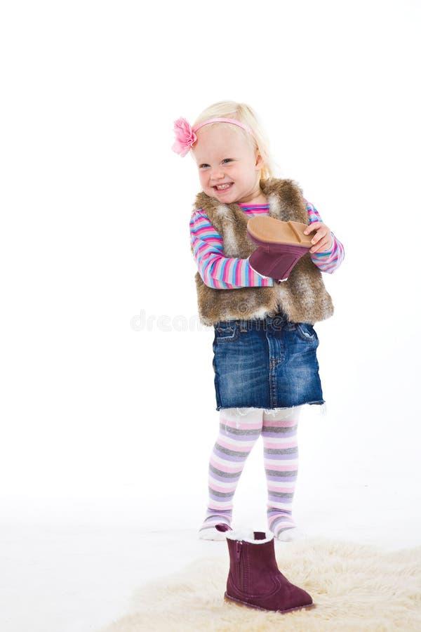 Weinig blond meisje die een schoen houden. stock afbeeldingen