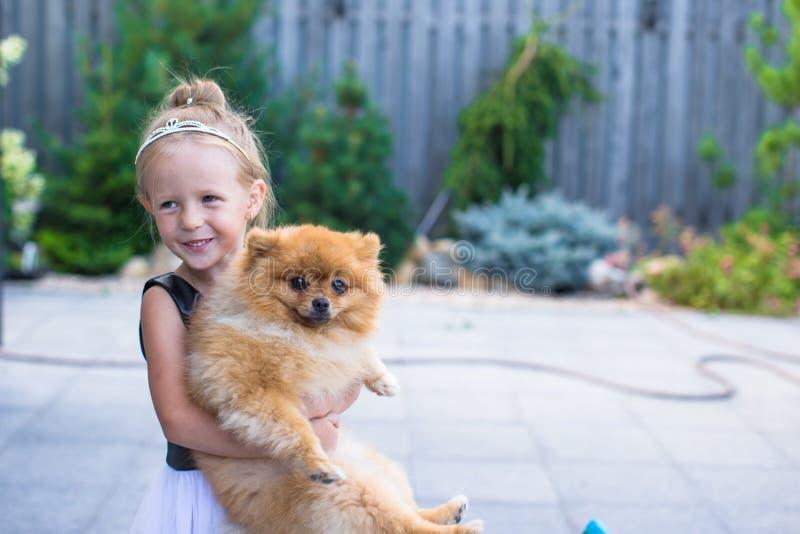 Weinig blond meisje met haar huisdieren in openlucht binnen hond stock afbeeldingen
