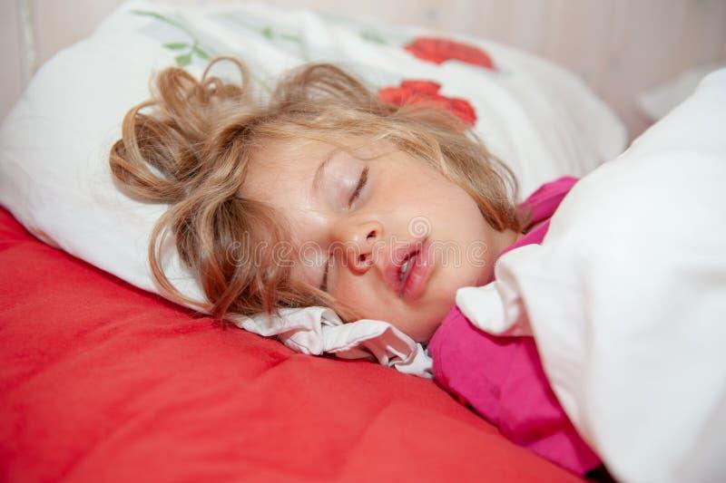 Weinig blond meisje slaapt royalty-vrije stock afbeelding
