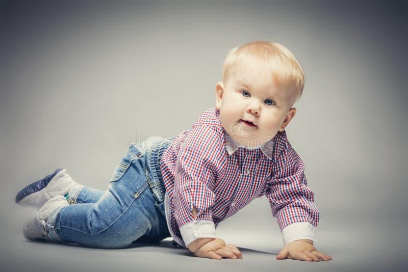 Weinig blonde babyjongen die ter plaatse kruipen stock foto's