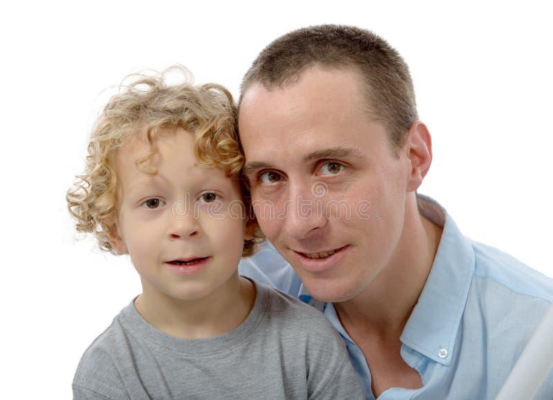 Weinig blonde jongen met zijn papa, op wit stock foto