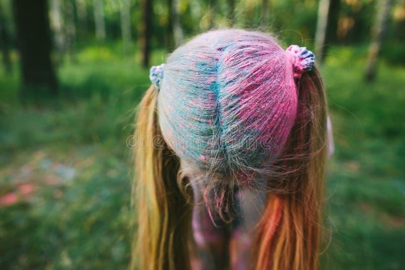 Weinig blondemeisje die met droge verf en glimlachen spelen stock afbeeldingen