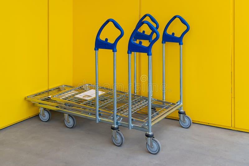 Weinig boodschappenwagentjes met Ikea-embleem bij de ingang van de titelwinkel stock fotografie