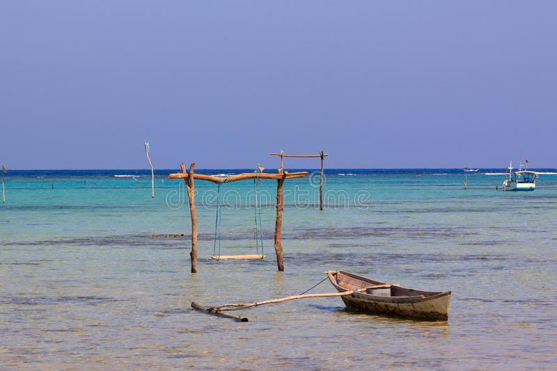 Weinig boot en swining pool in het water van de oorspronkelijke kusten van Karimunjawa, Java, Indonesië stock foto's