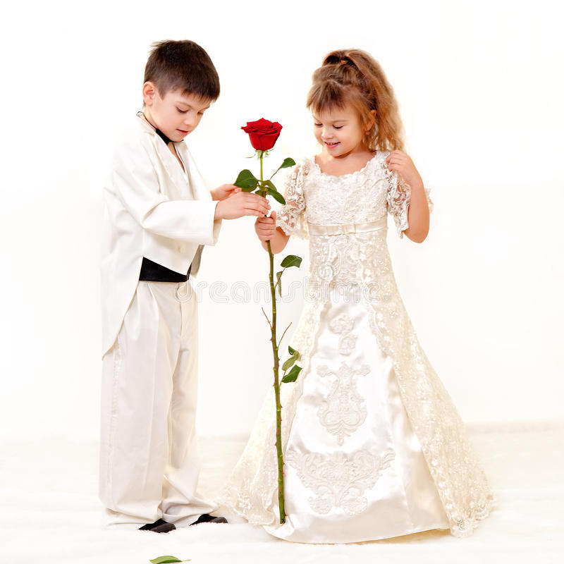 Weinig bruid en bruidegom royalty-vrije stock fotografie