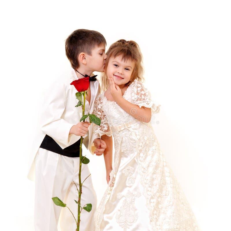 Weinig bruidegom die weinig bruid kust stock fotografie