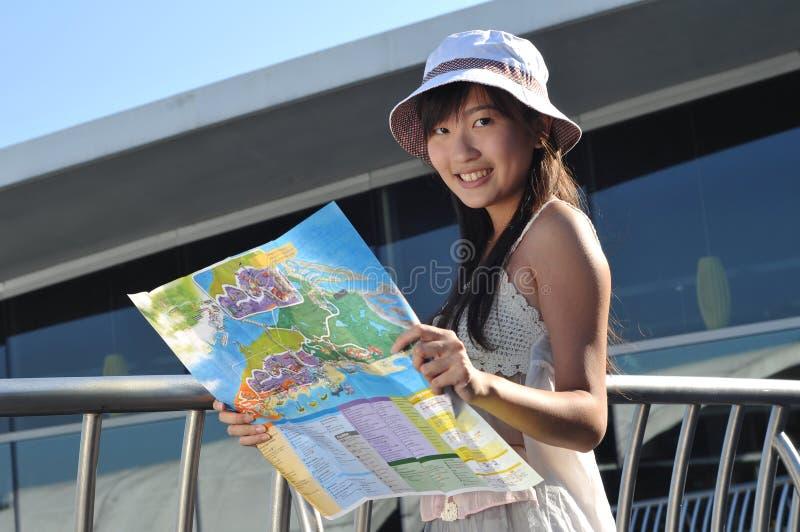 Weinig Chinees Aziatisch Meisje van de Toerist met kaart stock afbeelding