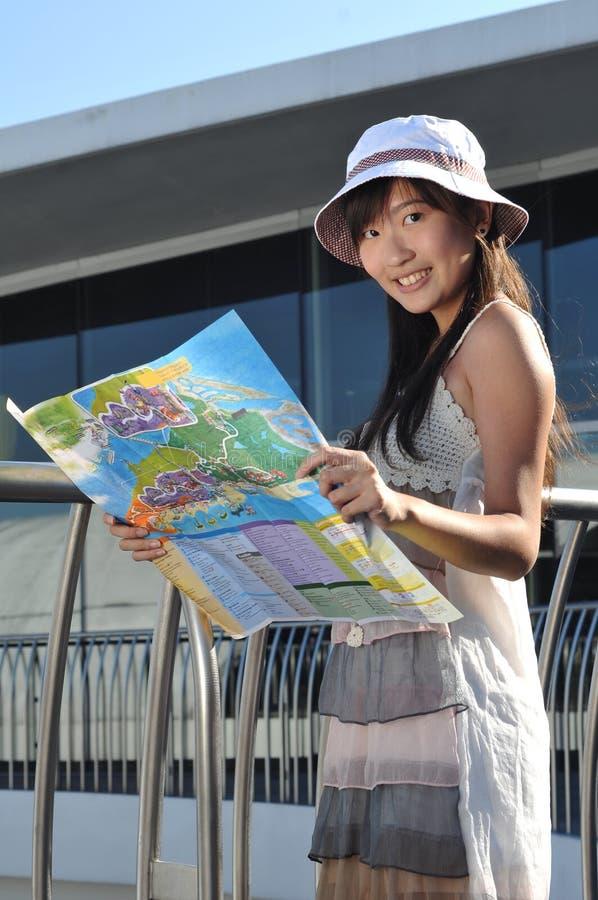 Weinig Chinees Aziatisch Meisje van de Toerist met kaart 2 stock foto's