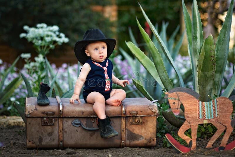 Weinig cowboy in de tuin royalty-vrije stock fotografie