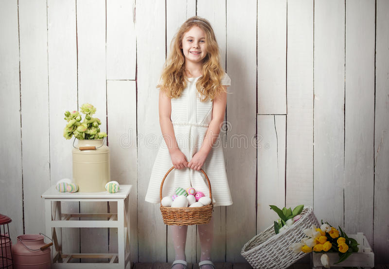 Weinig de holdingsmand van het blondemeisje met geschilderde eieren Pasen-dag stock afbeeldingen