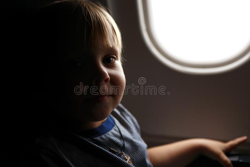 Weinig de peuterjongen die van het blondehaar in vliegtuig reizen royalty-vrije stock foto's