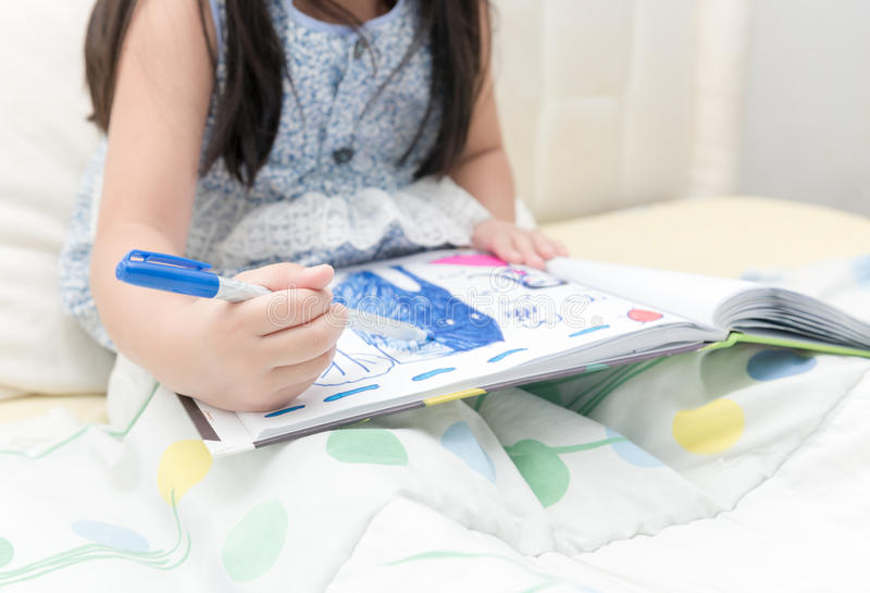Weinig de tekeningsbeeld van het handmeisje met kleurenpen royalty-vrije stock afbeelding