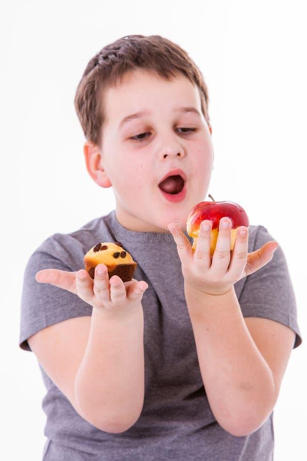 Weinig die jongen met voedsel op witte achtergrond wordt geïsoleerd stock afbeelding