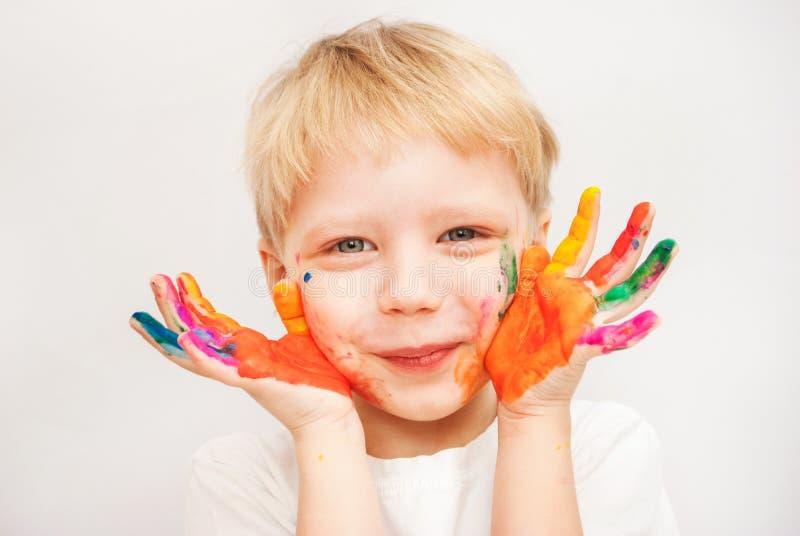 Weinig die jongenshanden in kleurrijke verven worden geschilderd royalty-vrije stock afbeeldingen